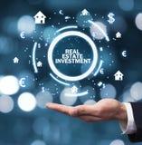 Casa da terra arrendada da mão e símbolos de moeda Organismos de investimento imobiliário imagens de stock royalty free