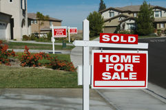 Casa da vendere i segni & una venduta immagini stock libere da diritti