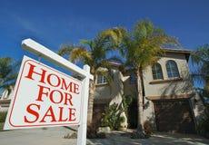 Casa da vendere il segno & la casa Immagine Stock
