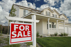 Casa da vendere il segno & la nuova casa fotografie stock libere da diritti