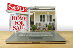 Casa da vendere il segno sul computer portatile Fotografia Stock