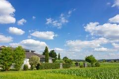 casa da vila rural no horizonte fotografia de stock