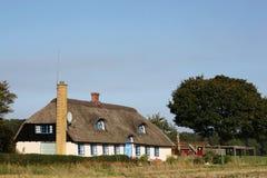 Casa danesa típica con el tejado cubierto con paja Imagen de archivo