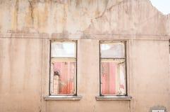 A casa danificada velha e abandonada pequena rachou janelas sem telhado demulido pelo close up da destruição do terremoto Imagem de Stock
