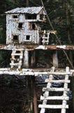 Casa de árbol en el bosque Imagen de archivo