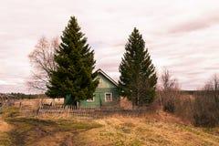 Casa de Abandjned na vila Foto de Stock
