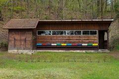 Casa de abeja de la colmena con las cajas de madera coloridas Fotos de archivo