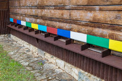Casa de abeja de la colmena con las cajas de madera coloridas Foto de archivo libre de regalías