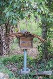 Casa de abeja de madera en el jardín Foto de archivo