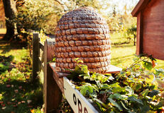 Casa de abelha no lugar do país imagem de stock