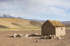 Casa de Adobe en el boliviano Altiplano con la montaña andina, Bolivia Fotos de archivo