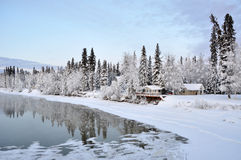 Casa de Alaska en el río en invierno Fotos de archivo libres de regalías