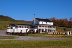 Casa de Amish com carrinhos imagens de stock royalty free
