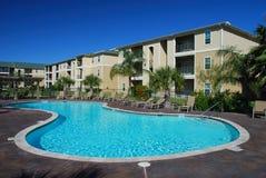 Casa de apartamento con la piscina Imagen de archivo libre de regalías