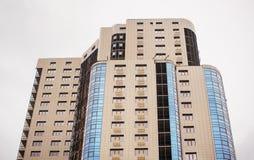 Casa de apartamento Multistorey em um fundo branco Imagem de Stock