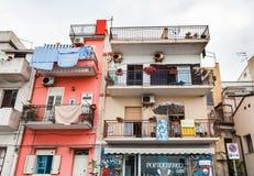 Casa de apartamento típica na cidade de Giardini Naxos Fotografia de Stock