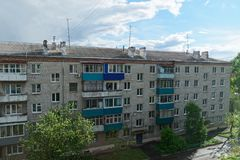 Casa de apartamento velha contra céu nebuloso surpreendente Komsomolsk-em-Amure, Rússia fotos de stock