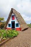 Casa de azotea cubierta con paja Fotos de archivo libres de regalías