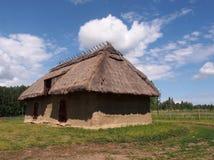 Casa de azotea cubierta con paja Imagen de archivo libre de regalías
