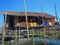 Casa de bambu sobre o lago Inle em Myanmar imagem de stock