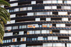 Casa de Barcelona con las banderas de Cataluña españa Fotografía de archivo