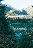 A casa de barco azul famosa na borda de Diablo Lake fotos de stock