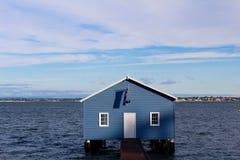 Casa de barco azul no rio Perth Austrália da cisne imagem de stock