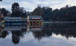Casa de barco bonita do kodaikanal no amanhecer com reflexões imagens de stock royalty free