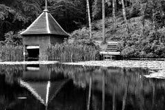 Casa de barco en el lago Fotos de archivo libres de regalías