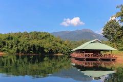Casa de barco en el lago imagenes de archivo