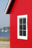 Casa de barco roja en la bahía de Maine Imagen de archivo