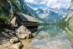 Casa de barco velha no Obersee perto de Königssee em Berchtesgaden, B imagens de stock royalty free