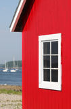 Casa de barco vermelha no louro de Maine imagem de stock
