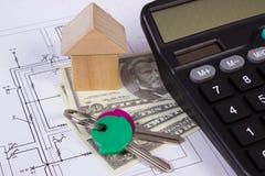 Casa de blocos e do dólar de madeira com a calculadora no desenho de construção, conceito das moedas da casa da construção Imagem de Stock