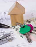 Casa de bloques de madera, de la moneda polaca y de accesorios para dibujar, concepto constructivo de la casa Fotografía de archivo
