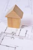 Casa de bloques de madera en el dibujo de construcción de la casa, concepto de la casa del edificio Imagenes de archivo