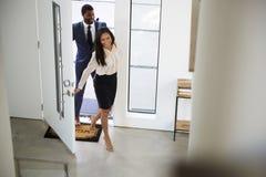 Casa de And Businesswoman Returning do homem de neg?cios do trabalho fotografia de stock