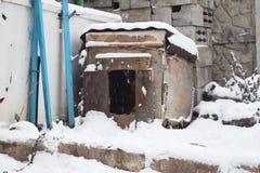 Casa de cachorro coberto de neve Manhã fria do inverno Jarda coberto de neve Inverno imagem de stock