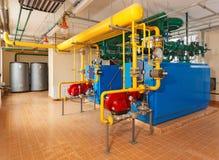 Casa de caldeira interior com muitas caldeiras industriais, tubulação do gás imagem de stock royalty free
