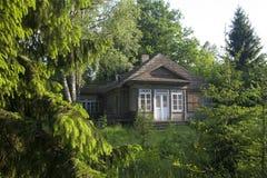 Casa de campo abandonada no Polônia oriental imagens de stock