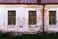 Casa de campo abandonada Windows y pared Imagen de archivo