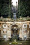 Casa de campo Aldobrandini em Frascati Detalhe do teatro da água, a figura mitológica do holfind do atlas o globo Indicadores vel fotos de stock