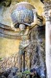 Casa de campo Aldobrandini em Frascati Detalhe do teatro da água, a figura mitológica do holfind do atlas o globo Lazio, Itália foto de stock