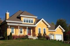 Casa de campo amarela Imagens de Stock Royalty Free