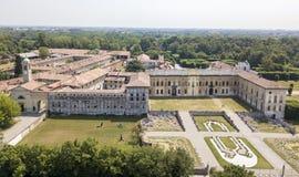 Casa de campo Arconati, Castellazzo, Bollate, Milão, Itália Silhueta do homem de negócio Cowering Casa de campo Arconati, Castell Imagens de Stock Royalty Free