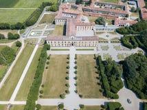Casa de campo Arconati, Castellazzo, Bollate, Milão, Itália Silhueta do homem de negócio Cowering Casa de campo Arconati, Castell Imagem de Stock Royalty Free