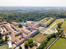 Casa de campo Arconati, Castellazzo, Bollate, Milão, Itália Silhueta do homem de negócio Cowering Casa de campo Arconati, Castell Fotos de Stock