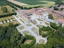 Casa de campo Arconati, Castellazzo, Bollate, Milão, Itália Silhueta do homem de negócio Cowering Casa de campo Arconati, Castell Imagem de Stock