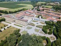 Casa de campo Arconati, Castellazzo, Bollate, Milão, Itália Silhueta do homem de negócio Cowering Casa de campo Arconati, Castell Foto de Stock Royalty Free
