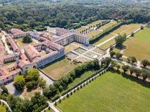 Casa de campo Arconati, Castellazzo, Bollate, Milão, Itália Silhueta do homem de negócio Cowering Casa de campo Arconati, Castell Fotografia de Stock Royalty Free
